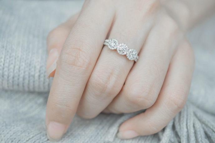 efd5af68bbc0 ダイヤモンドつきの結婚指輪は手元を美しく見せ、つけているだけでテンションも上がります。 では、具体的にどういったところが魅力なのでしょうか。