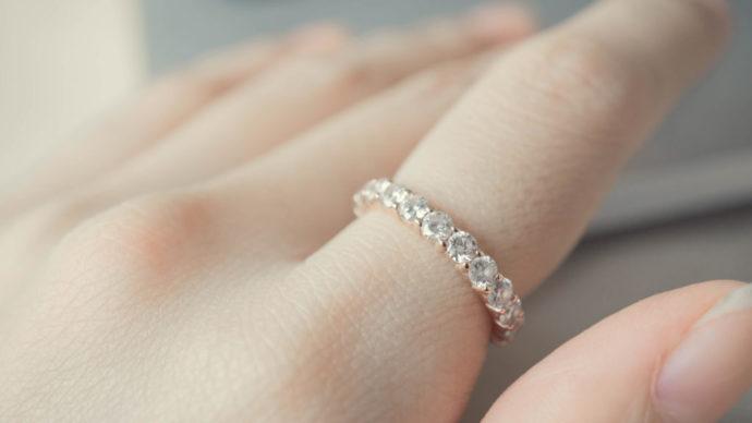 812b4c5ccf05 結婚指輪にあしらわれているダイヤモンドは、一般的に0.1カラット以下の「メレダイヤ」といわれている小粒のダイヤモンドです。  メレダイヤの数や配置などによって指輪 ...
